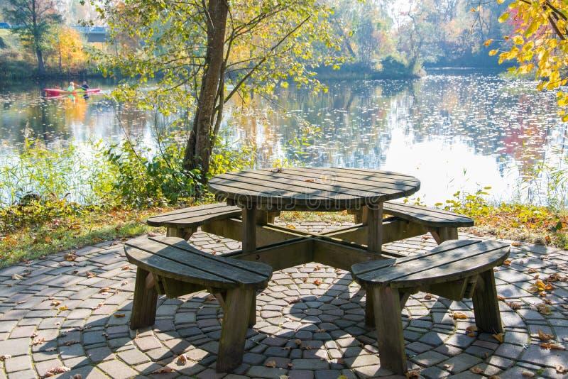 放松的一个舒适角落在秋天公园在一明亮的好日子 金黄秋天 免版税库存照片