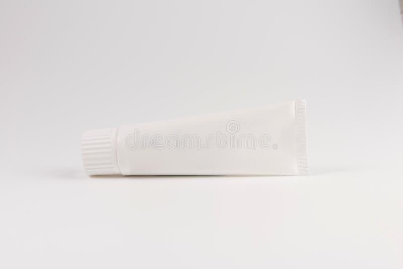 放置在白色背景的空白的白色牙膏、奶油或者胶凝体,被隔绝 免版税库存照片