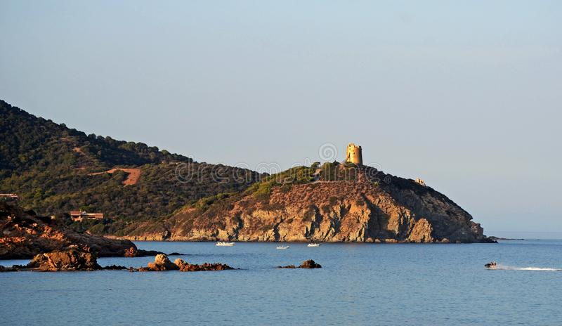 撒丁岛海岛岩石海岸线的风景看法  免版税库存图片