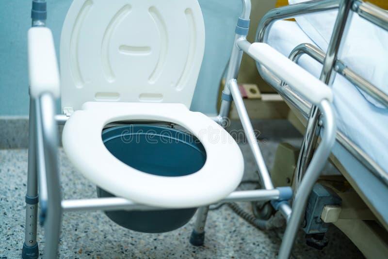 洗脸台椅子或流动洗手间能移动卧室或到处为年长老障碍人们或患者 库存图片