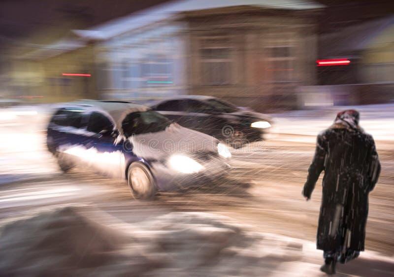 斑马线的繁忙的城市街道人民在晚上 处境危险 库存照片