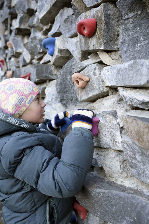 攀登墙壁的年轻男孩 免版税图库摄影