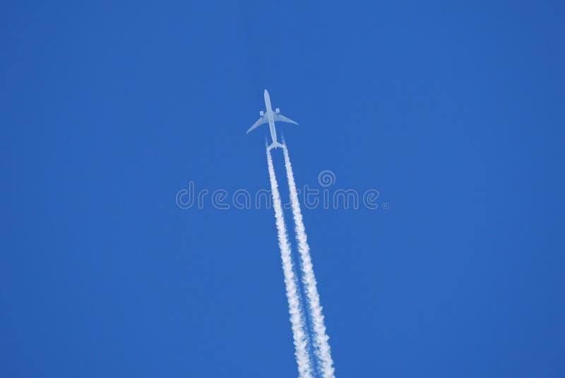 Æreo a reazione nel cielo fotografia stock libera da diritti
