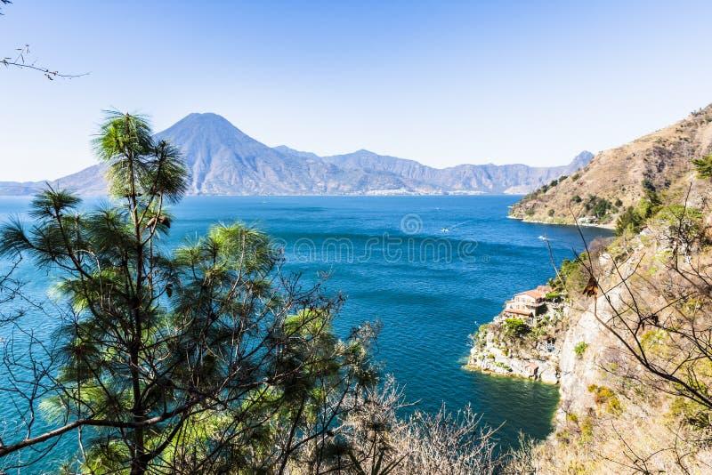 火山&湖Atitlan,危地马拉Clifftop视图  库存图片
