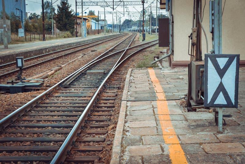 火车平台和红灯 免版税库存照片