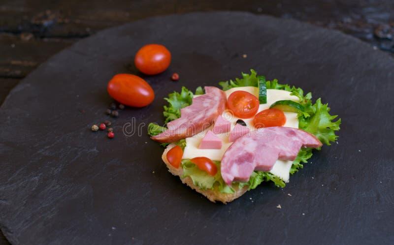 火腿三明治做了以猫头鹰的形式 儿童的服务的选择 免版税库存照片