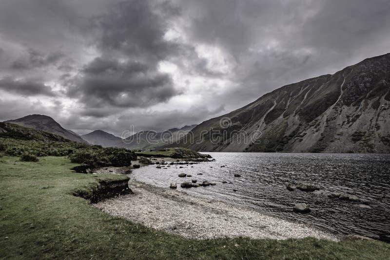 灰色,在风景山谷的喜怒无常的天空有湖的在湖区,坎布里亚郡,英国 免版税库存照片