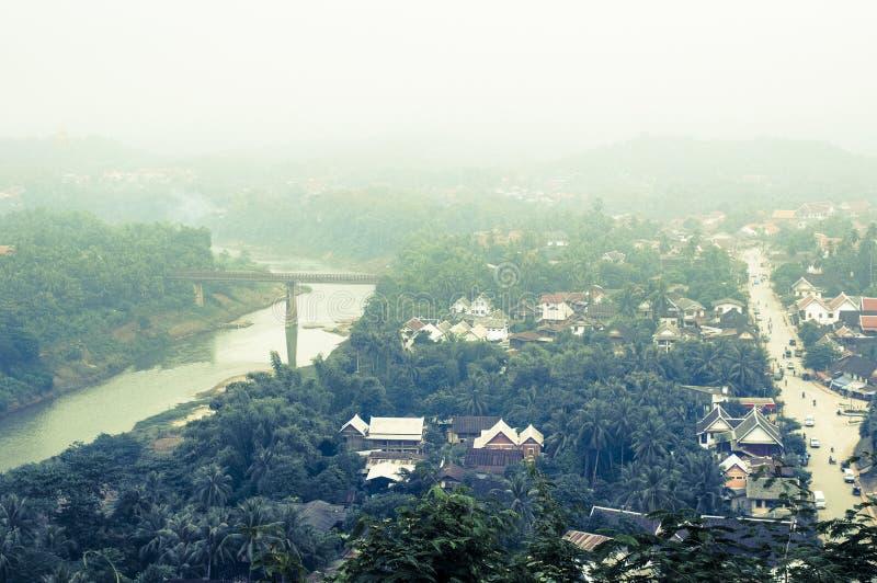 琅勃拉邦,老挝有薄雾的看法  免版税库存照片