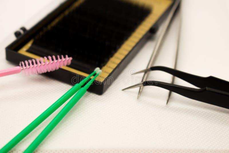 睫毛引伸的材料 刷子,睫毛引伸的辅助部件 免版税库存照片