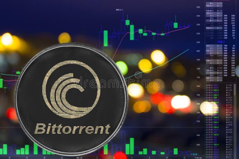 硬币cryptocurrency bittorrent在夜城市背景和图 免版税库存照片