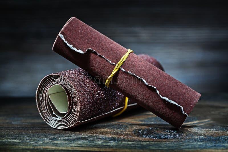 磨蚀沙纸在葡萄酒木头滚动了  免版税库存图片