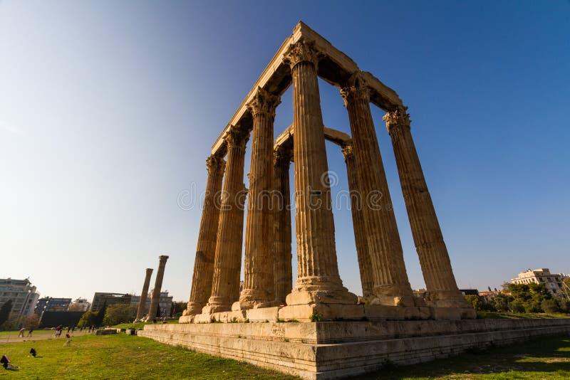 社论,奥林山宙斯的寺庙,雅典,有游人的希腊 库存照片