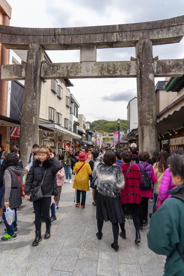 福冈,日本-对大宰府Tenmangu寺庙的街道 库存图片