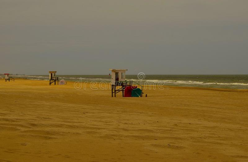 离开的海滩仅救生员箱子能被看见的地方 免版税库存照片