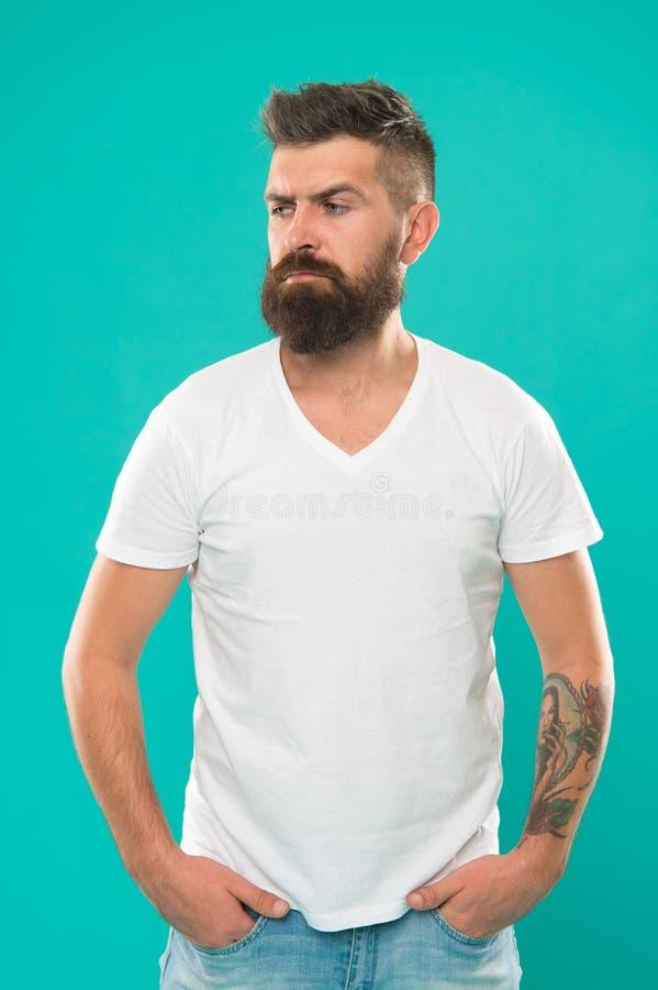 称呼胡子供应 胡子时尚和理发师概念 人有胡子的行家时髦的胡子绿松石背景 barby 库存图片