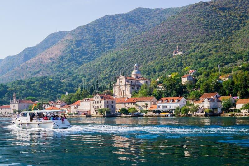 科托尔海湾岸的美丽的景色在黑山 游人的一艘游船 2018年9月22日 免版税库存图片