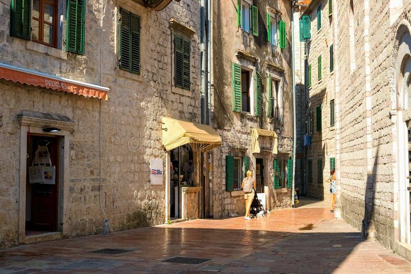 科托尔,黑山地道老镇的狭窄的街道  免版税库存图片