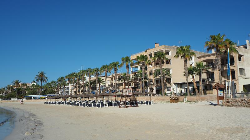 科洛尼亚省桑特霍尔迪,马略卡,西班牙 在口岸附近的海滩在清早时间 免版税图库摄影