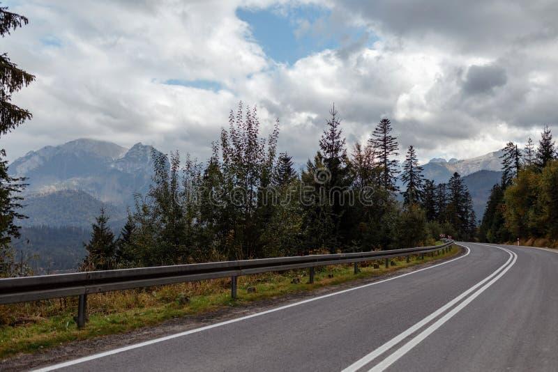 秋天冬天风景、山退色入雾阴天的和柏油路 免版税图库摄影