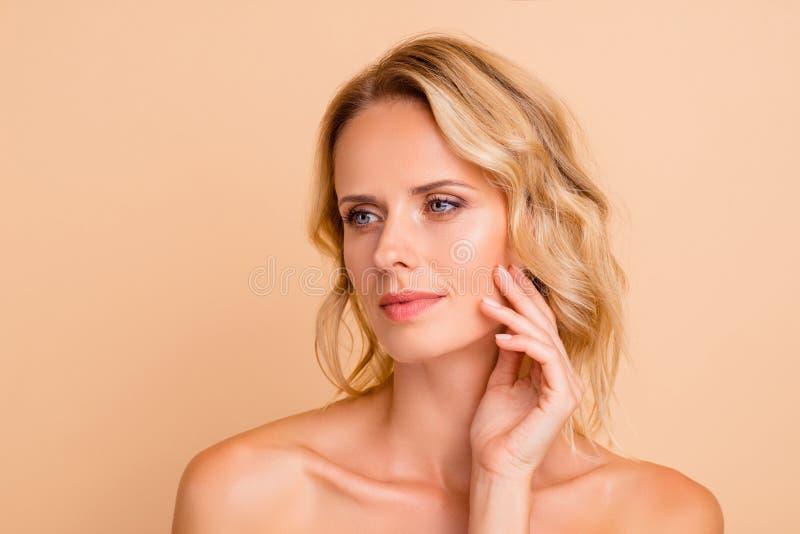 秀丽反年龄概念 可爱的可爱的可爱的有波浪头发的夫人特写镜头画象有新鲜光滑的亮光的清洗 免版税图库摄影