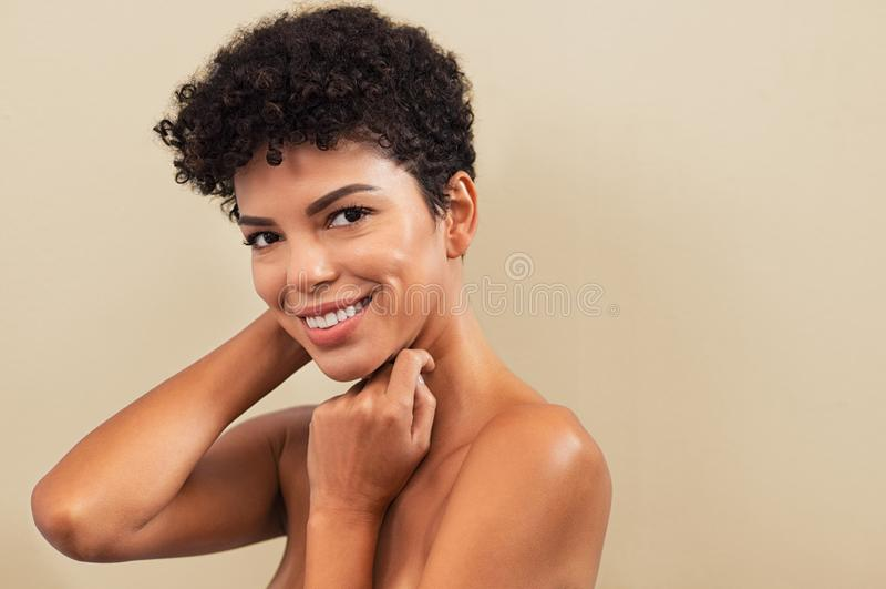 秀丽巴西妇女微笑 免版税库存照片