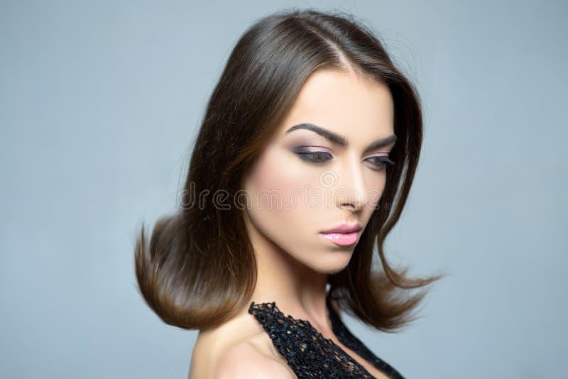 秀丽表面方式组成妇女 女孩在灰色背景的演播室 特写镜头纵向 发型称呼 时尚,秀丽,化妆用品 免版税库存照片