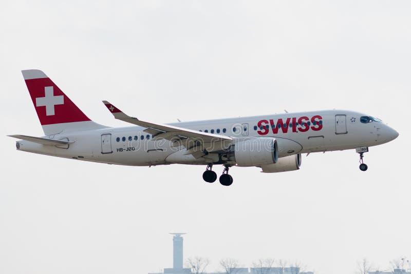 空中客车A220-100由瑞士着陆经营 库存照片