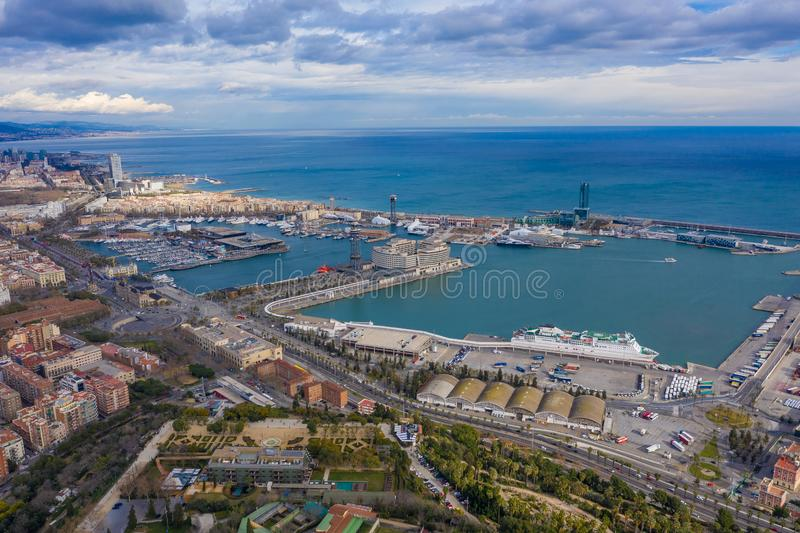 空中巴塞罗那视图 港巴塞洛内塔市和天空 从全景上的看法 免版税库存照片