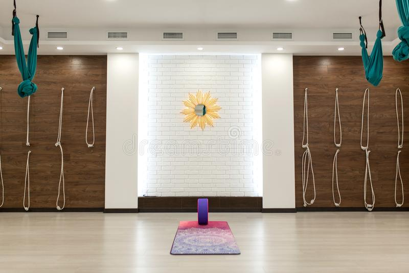 空的瑜伽和健身健身房 体育操场内部 库存图片