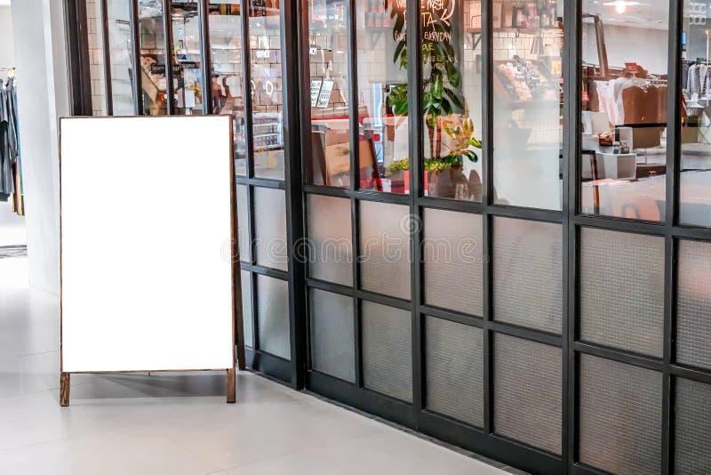 空白的海报显示大模型模板,在餐馆前面的空的广告牌显示 库存图片