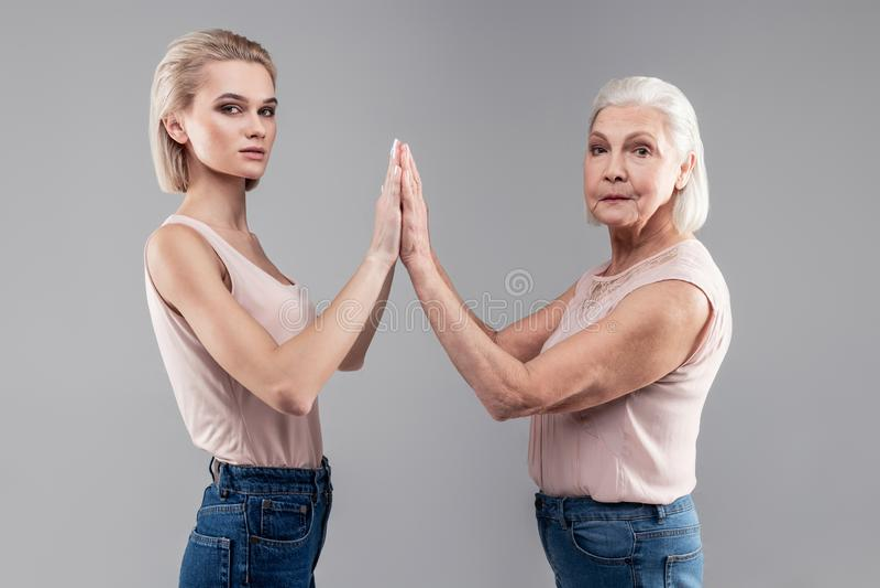 穿裸体上面和蓝色牛仔裤的悦目整洁的妇女 库存图片
