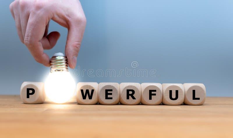 立方体和一个电灯泡形式'强有力'的词 免版税库存图片