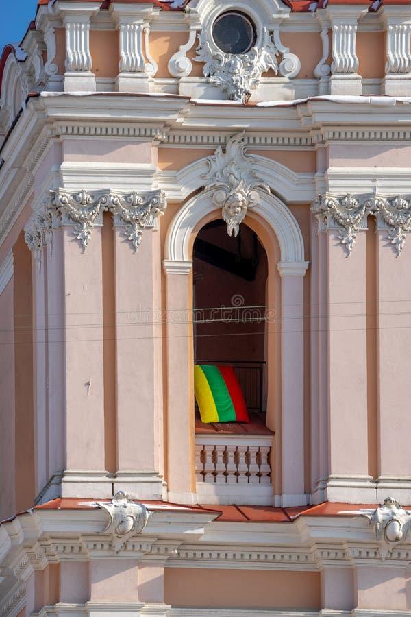 立陶宛的旗子圣卡齐米教会曲拱的在维尔纽斯 免版税库存照片