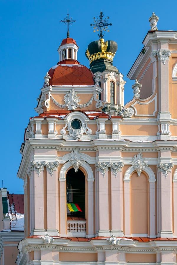 立陶宛的旗子圣卡齐米教会曲拱的在维尔纽斯 免版税库存图片
