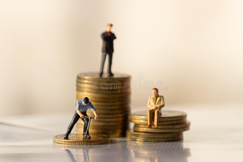 站立小商人的形象在转动poing 免版税库存照片