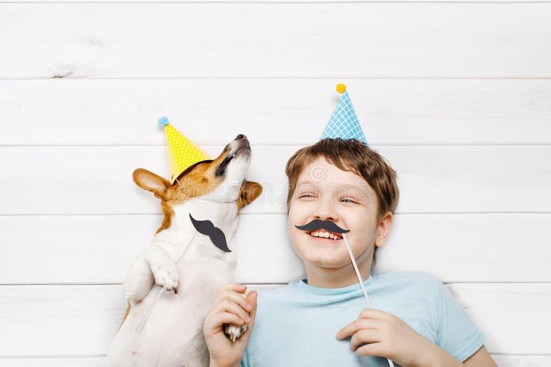 笑的小朋友庆祝一愉快的父亲节 高梆的看法 免版税库存图片