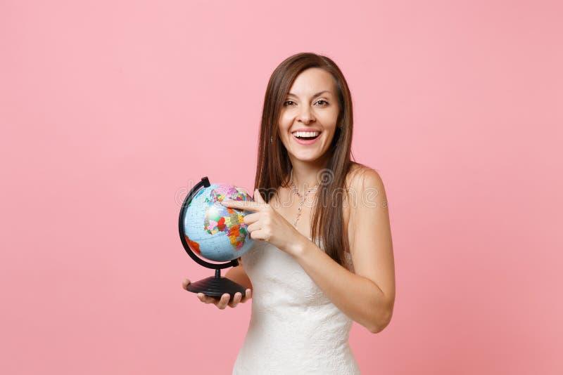 笑的新娘妇女画象鞋带白色婚纱藏品世界地球的,选择地方,蜜月的国家 免版税库存图片