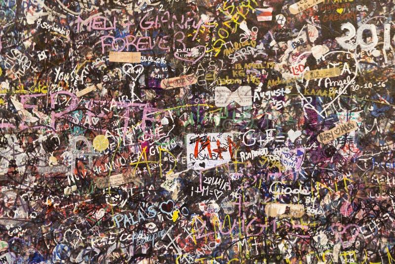 笔记用在朱丽叶的房子墙壁上的不同的语言在维罗纳 图库摄影