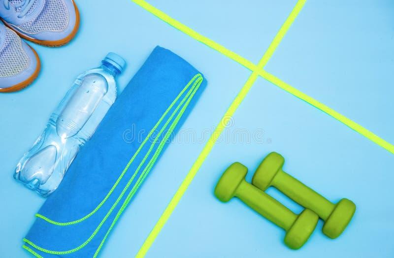 简单派,哑铃,运动鞋,瓶水,跳绳,毛巾,体育项目 库存照片