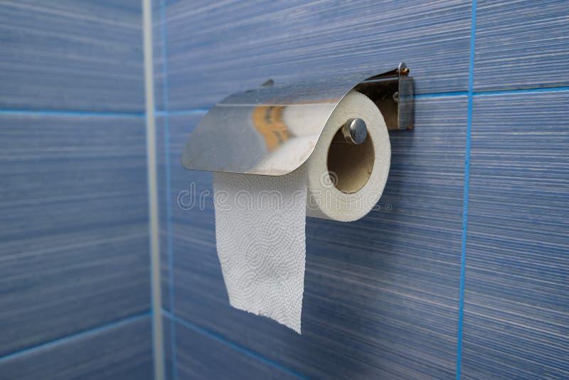 简单的手纸卷在卫生间里垂悬 免版税库存照片