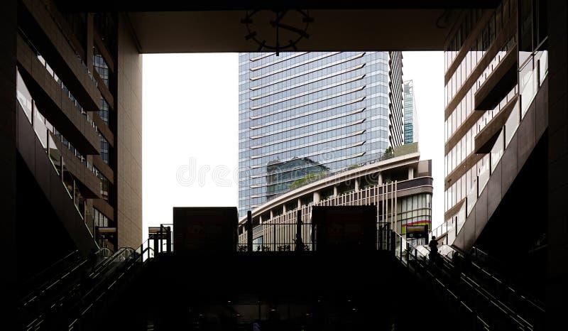 篱芭、自动扶梯和市政厅大厦剪影  图库摄影