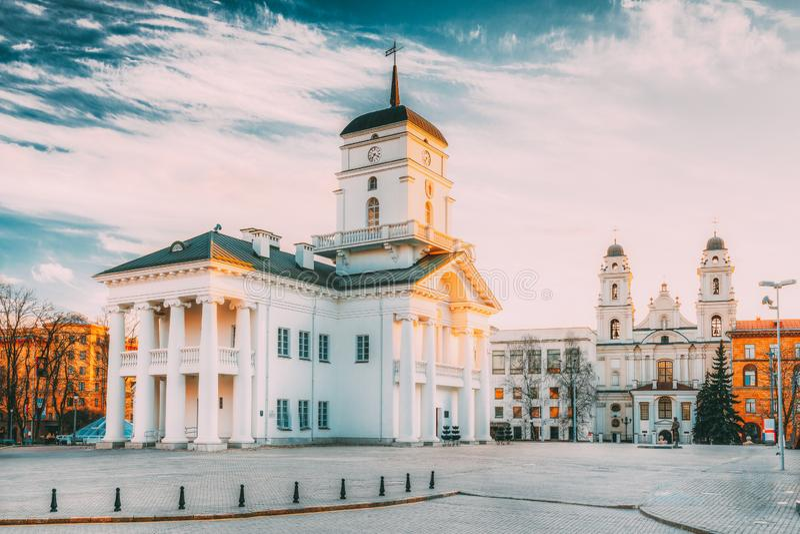 米斯克,比拉罗斯 自由广场的霍尔老米斯克政府大厦在晴朗的春天晚上天 城镇厅 图库摄影