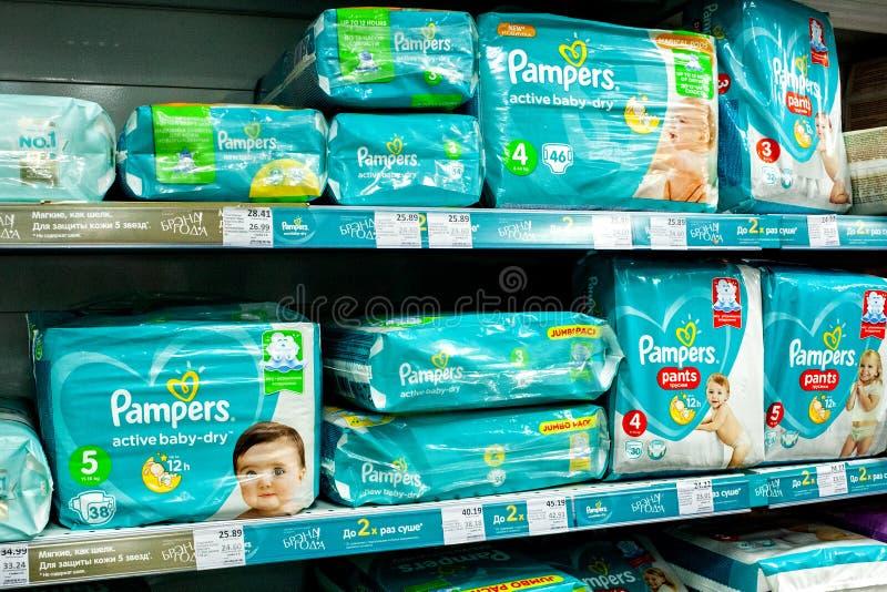 米斯克,白俄罗斯,2019年3月13日:与尿布的架子在婴孩尿布品牌'Pampers的下待售在超级市场 免版税库存照片