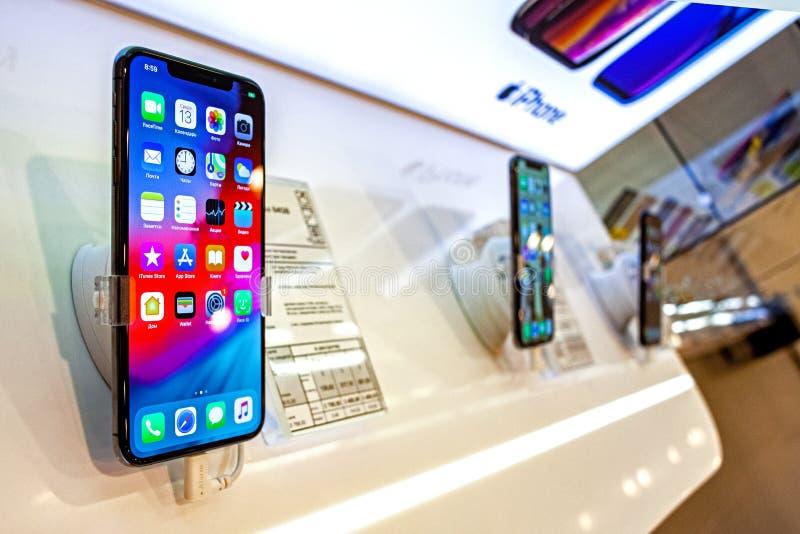 米斯克,白俄罗斯,2019年3月13日:苹果计算机iPhone XS最大智能手机在苹果零售店里面的显示站立 库存图片