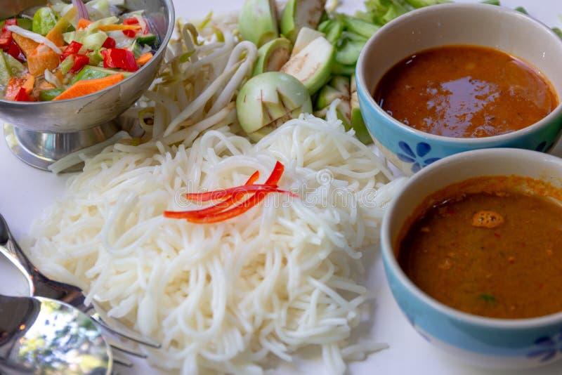 米粉用鱼咖喱汁服务与被设置的菜 免版税库存图片