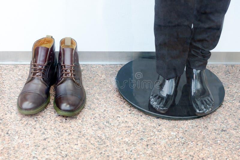 精神鞋子和光秃的时装模特在长裤 时髦的人的衣物 免版税库存图片