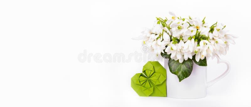 精美白花和纸心脏 Snowdrops和origami心脏 复制空间 库存照片