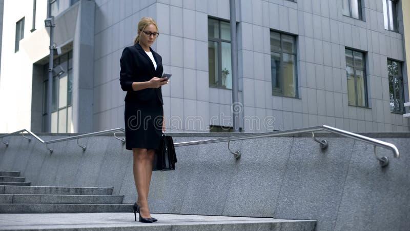 繁忙的女实业家回答的电话消息,运作到处,工作狂 免版税库存图片