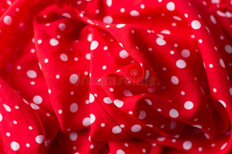 红色织品纹理特写镜头,有用为背景 在红色帆布棉花纹理的圆点 库存照片