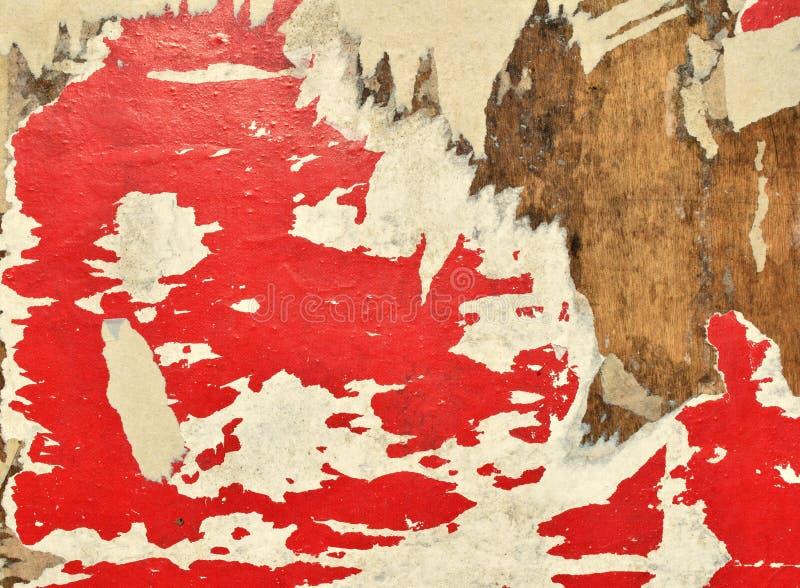 红色白色 老海报细片在广告牌的 免版税库存照片